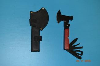 Топорчик,молоток,нож........( 10 или 12 в одном) и чехол на пояс-новое.