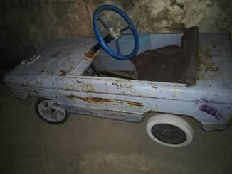 Старая педальная машинка