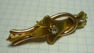 Золотая брошь с бриллиантом