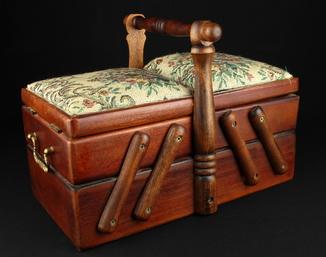 Компактный ящик для шитья и рукоделия. Винтаж. Европа. (0470)