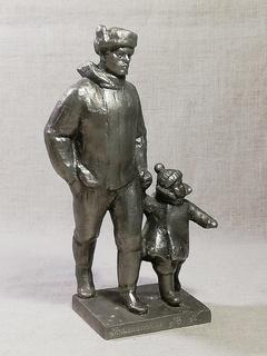 Монументскульптура «Зимняя прогулка, отец с ребенком» Ленинград СССР