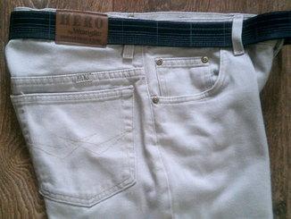 Hero by Wrangler - светлые джинсы с ремнем.