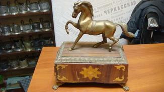 Конь на постаменте, бронза