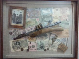 Махновский обрез царской трехлинейки 1895 года на стенде с деньгами