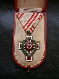 Почесна відзнака Червоного Хреста в коробці