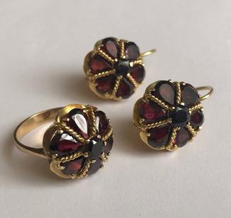 Золотые серьги и кольцо (гарнитур) с гранатами. 750.
