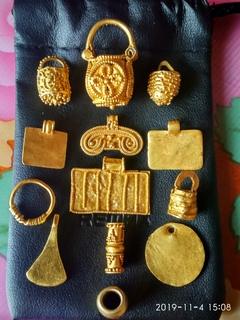 Колекція із золотих предметів чк.