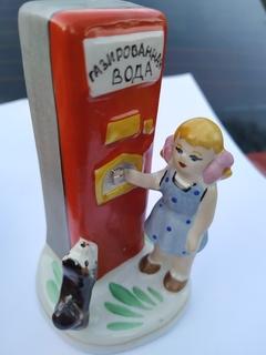 Девочка у аппарата газированной воды