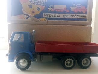 Грузовик-игрушка ''КАМАЗ'' и грузовик-игрушка ''СТРЕЛА'' .