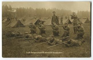 1-й Петроградский женский батальон. Упражнения в стрельбе. Левашово, 1917 г.