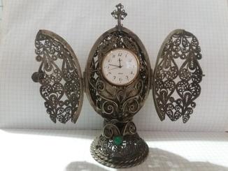 """Часы """"Луч"""" в-пасхальном яйце (скань) с дверцами , украшеными камнями."""