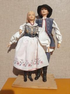 Пара кукол в национальных костюмах ,папье маше