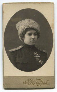 Девушка в мундире подпоручика 143-го пех. Дорогобужского полка (знак)