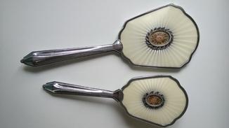 Расческа и ручное зеркало.