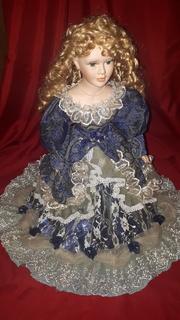 Кукла фарфор (на подставке)