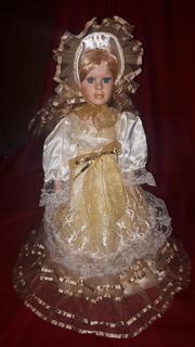 Кукла фарфоровая (на подставке)