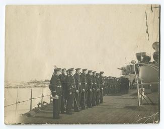 Моряки на палубе линкора «Три Святителя».
