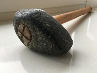 Каменный топор.