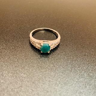 Серебряноне кольцо с изумрудом и феонитами