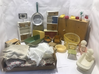 Посуда и мебель для кукол.