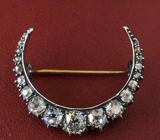 Антикварная брошка украшенная бриллиантами.
