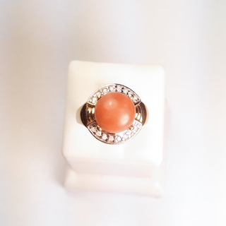 Золотое кольцо с натуральным кораллом и бриллиантами