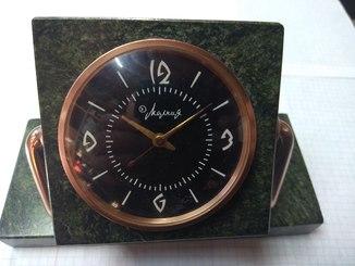 Часы молния в корпусе из зелёного камня