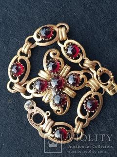 Женский золотой браслет украшенный гранатом