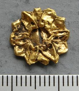 Золотая накладка с крепежными элементами ( усиками ).