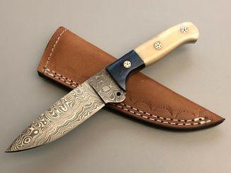 Нож из дамасской стали с кожанными ножнами.