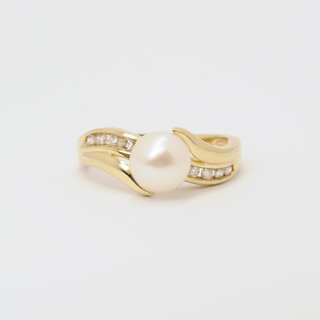 Золотое кольцо с жемчугом на бриллиантовой волне