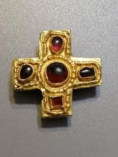 Гуннская крестовидная накладка в золоте и с камнями