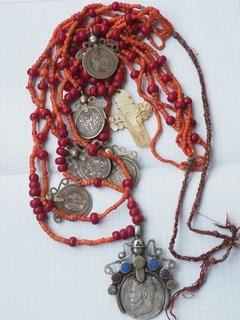 Украшения 19-го века серебряные дукачи , коралловые и стеклянные бусы