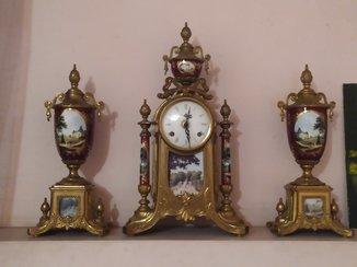 Часы каминные и два кубка бронза в позолоте