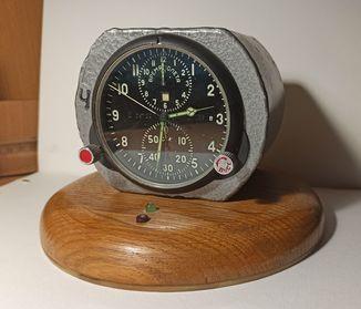 Часы  АЧС-1 в дополнительном заводском защитном корпусе на подставке