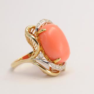 Винтажное золотое кольцо с натуральным кораллом и бриллиантами
