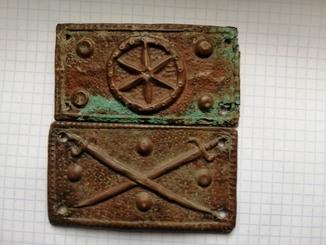 Средневековые бронзовые накладки-нашивки