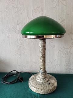 Настольная лампа с зелёным плафоном