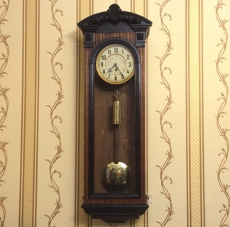 Старинные настенные часы одногиревые