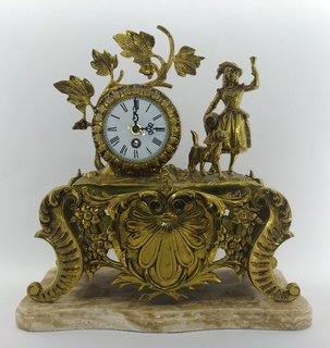 """Механічний  настільний годинник на мармуровій підставці """"Жінка з собакою"""" арт. 011"""