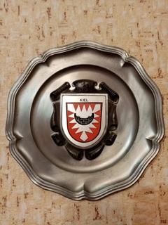 Старинная массивная настенная тарелка с гербом города