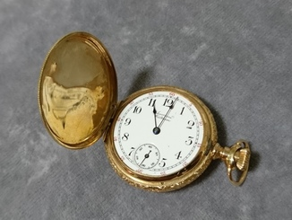 Золотые жилетные часы American Waltham