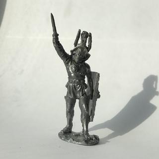 Оловянный рыцарь с мечом и щитом