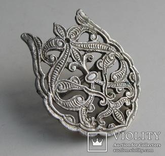 Сбруйная бляшка, украшенная сложным изысканным орнаментом. 16-17 вв. Серебро.
