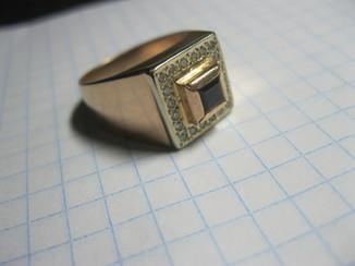 Перстень с бриллиантами 585 пробы. вес 9.35гр.