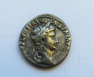 Динарій Август