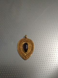 Золотое украшение с камнем
