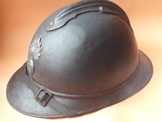 Каска Адриана 1915 года, Франция, кокарда французской пехоты + подбородный ремень на месте
