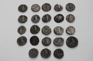 Денарии.  23 монеты.