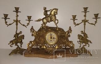 """Механічний настільний годинник на мармуровій підставці з підсвічниками """"Вершник"""" арт. 020"""